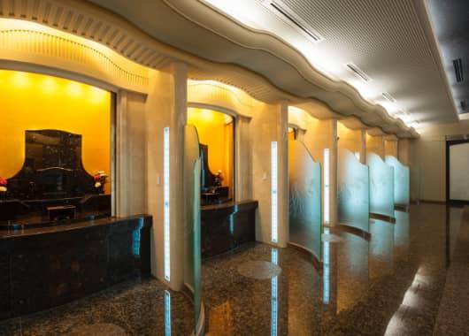 参拝室「煌鳥の間」・特別応接室の机や椅子の写真
